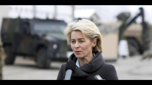 """Germania, ministro della Difesa accusato di """"favoritismi"""""""
