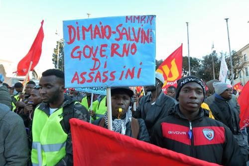 """Gilet gialli e bandiere rosse. L'odio dei migranti su Salvini: """"Assassino"""""""
