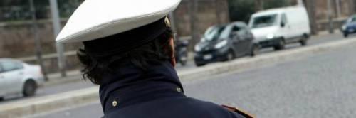 Vigilessa aggredita perché stava facendo una multa ad un'auto in divieto