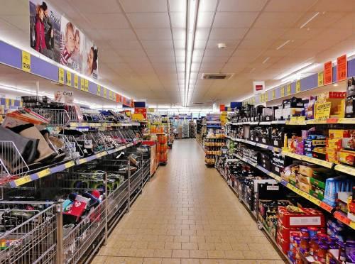 La coda al supermercato ci fa acquistare snack e patatine