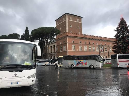 I bus turistici bloccano piazza Venezia 2