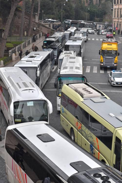 I bus turistici bloccano piazza Venezia 5