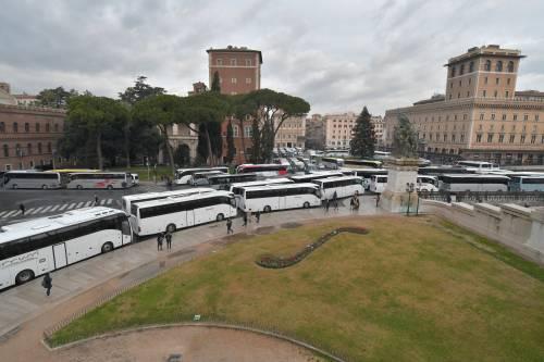 I bus turistici bloccano piazza Venezia 6