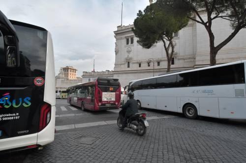 I bus turistici bloccano piazza Venezia 3