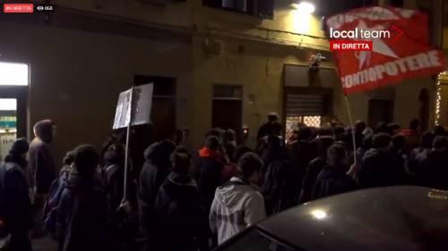 """""""Odio la Lega, Salvini assassino"""". In piazza la protesta choc dei collettivi"""