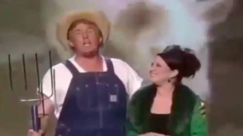 Vestito da contadino, Donald Trump festeggia il Farm Bill