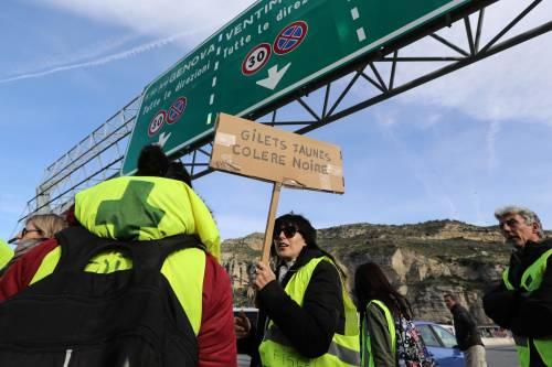 I gilet gialli bloccano l'autostrada al confine con l'Italia 3
