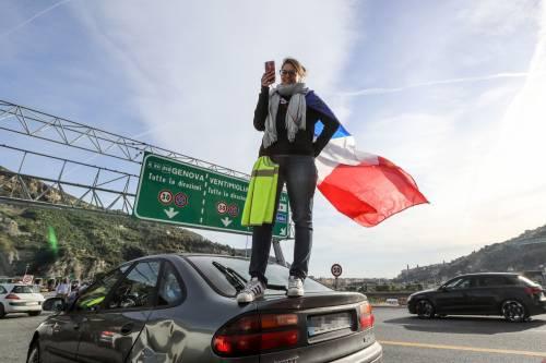 I gilet gialli bloccano l'autostrada al confine con l'Italia 2