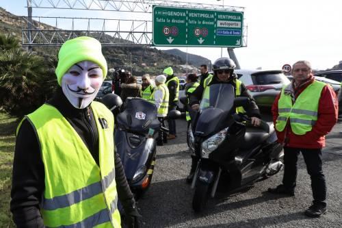 I gilet gialli bloccano l'autostrada al confine con l'Italia 4