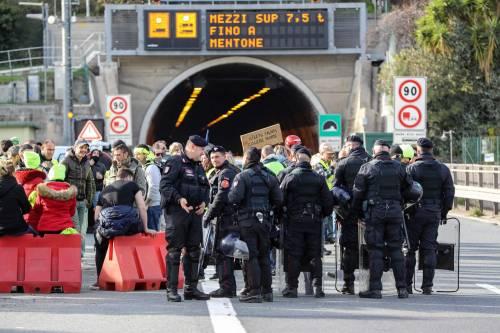 I gilet gialli bloccano l'autostrada al confine con l'Italia 5
