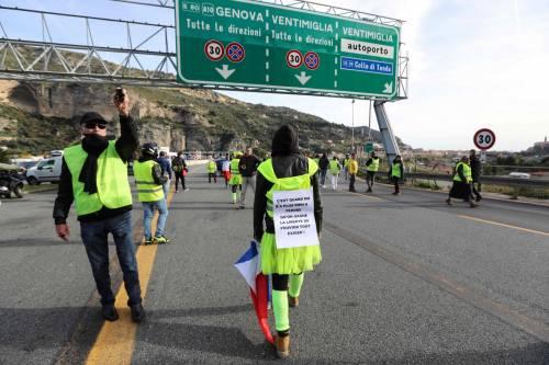I gilet gialli bloccano l'autostrada al confine con l'Italia 6