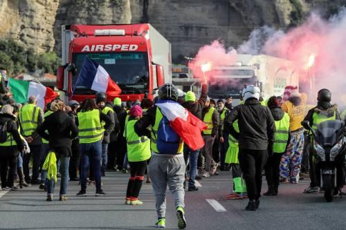 I gilet gialli bloccano l'autostrada al confine con l'Italia 9
