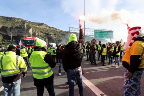 I gilet gialli bloccano l'autostrada al confine con l'Italia 8