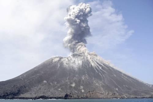 L'eruzione del vulcano Krakatau dello scorso luglio 5