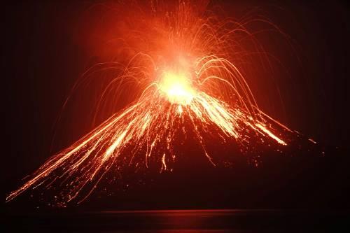 L'eruzione del vulcano Krakatau dello scorso luglio 3