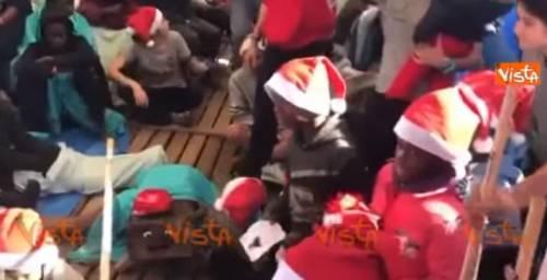 """Msf: """"Chiediamo un porto sicuro"""" E sulla ong i migranti festeggiano il Natale"""