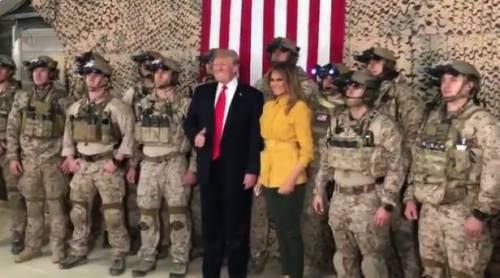 """Trump e Melania in visita alle truppe in Iraq. Donald: """"Nessun piano di ritiro"""""""