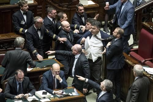 La protesta di Fiano alla Camera: colpisce Garavaglia col testo della legge