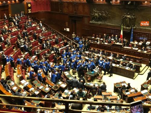 Il governo strappa la fiducia tra cori, gaffes e accuse a Fico