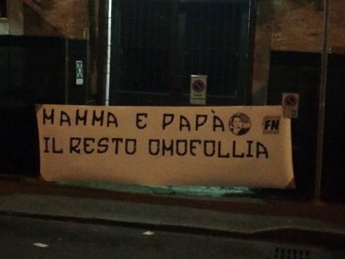 """Forza Nuova contro Pizzarotti: """"Mamma e papà, il resto è omofollia"""""""