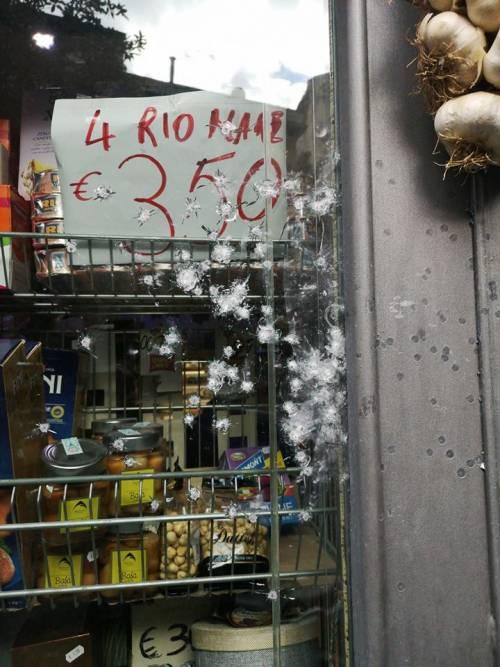 Napoli, colpi d'arma da fuoco contro market a Forcella 4