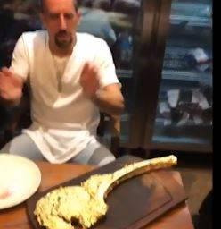 Ribery, la bistecca 'd'oro' e gli insulti sui social. Maxi multa in arrivo dal Bayern