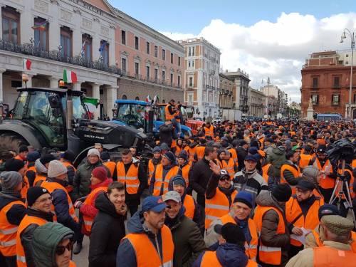 I gilet arancioni in piazza a Bari 2
