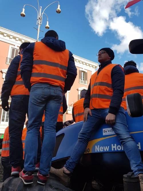 I gilet arancioni in piazza a Bari 7