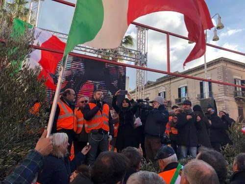 I gilet arancioni in piazza a Bari 5
