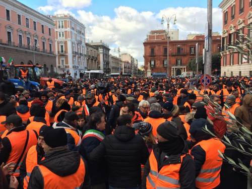 I gilet arancioni in piazza a Bari 6