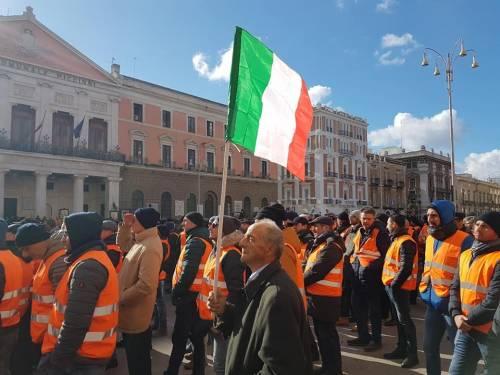 I gilet arancioni in piazza a Bari 8