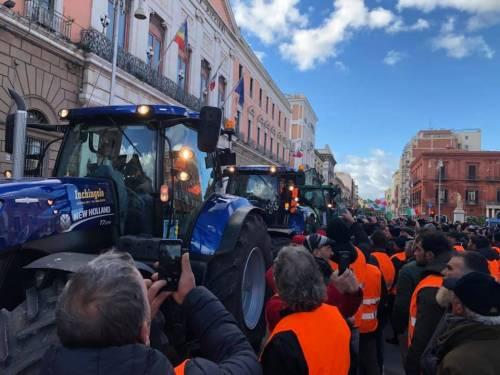 I gilet arancioni in piazza a Bari 4