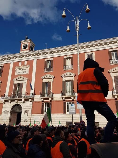 I gilet arancioni in piazza a Bari 3
