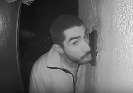 Il mistero del ladro che lecca il citofono di una casa per tre ore