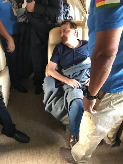 Bolivia, Battisti sale sull'aereo diretto a Roma 3