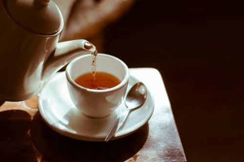 Il tè più salutare è preparato con acqua in bottiglia