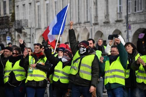 Macron propone stretta antimigranti per accattivarsi i gilet gialli