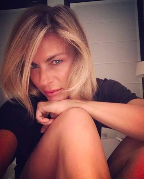 Martina Colombari cambia look: addio ai capelli biondi. I fan (e non solo) apprezzano