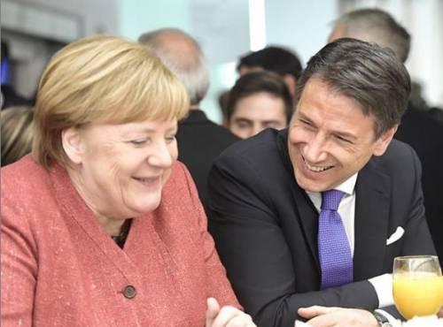 """Davos, Conte a Merkel: """"Posso offrirle un caffè?"""". I due leader immortalati mentre sorridono durante la pausa"""