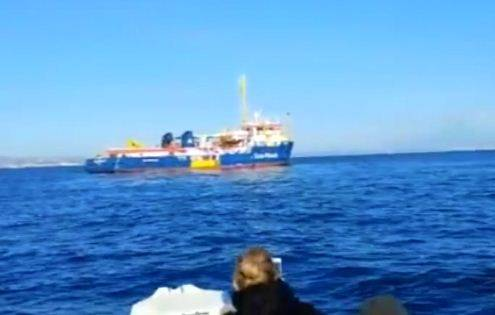 """I parlamentari sulla Sea Watch. Salvini: """"Leggi non rispettate"""""""