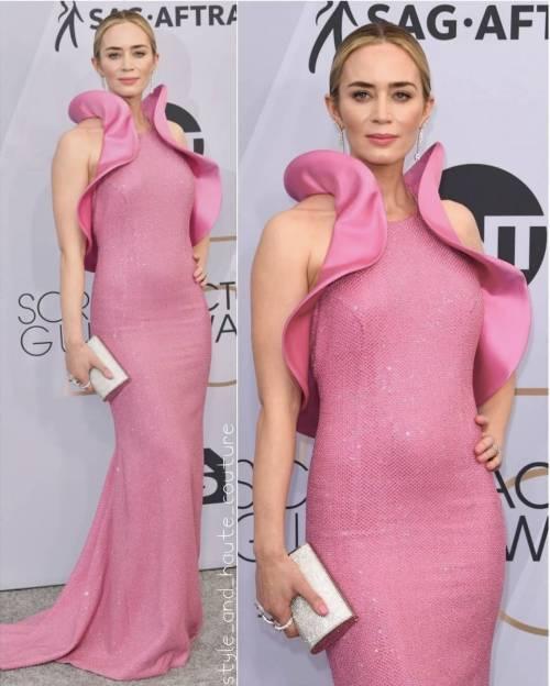 """Il vestito """"vagina"""" di Emily Blunt"""