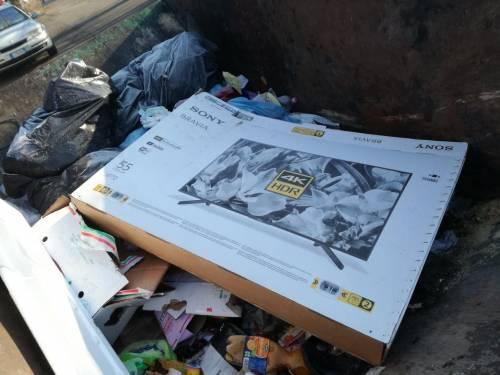 Il degrado del campo rom di via Martirano 8