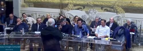 Consigliere comunale resta seduto durante il ricordo delle vittime della Shoah