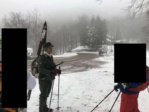 Una sciata vestiti da nazisti nella Giornata della Memoria
