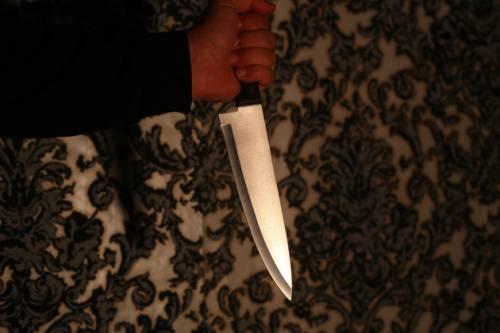 Modena, moglie vuole lasciarlo, pakistano la minaccia con coltello