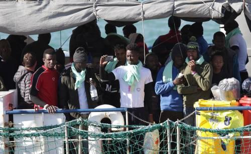 Migranti, festa a bordo della Sea Watch. E lo sbarco diventa uno show