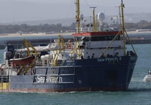 Sea Watch, i migranti arrivano a Catania 2