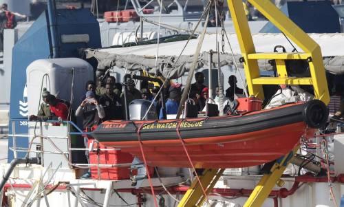 Sea Watch, i migranti arrivano a Catania 5