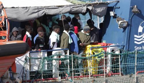 Sea Watch, i migranti arrivano a Catania 6