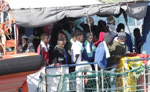 Sea Watch, i migranti arrivano a Catania 7